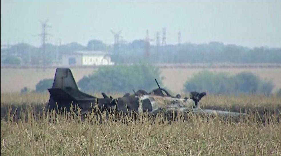 Avião cai em área de vegetação, em Campo Grande.  — Foto: Maxsandro Martins/TV Morena