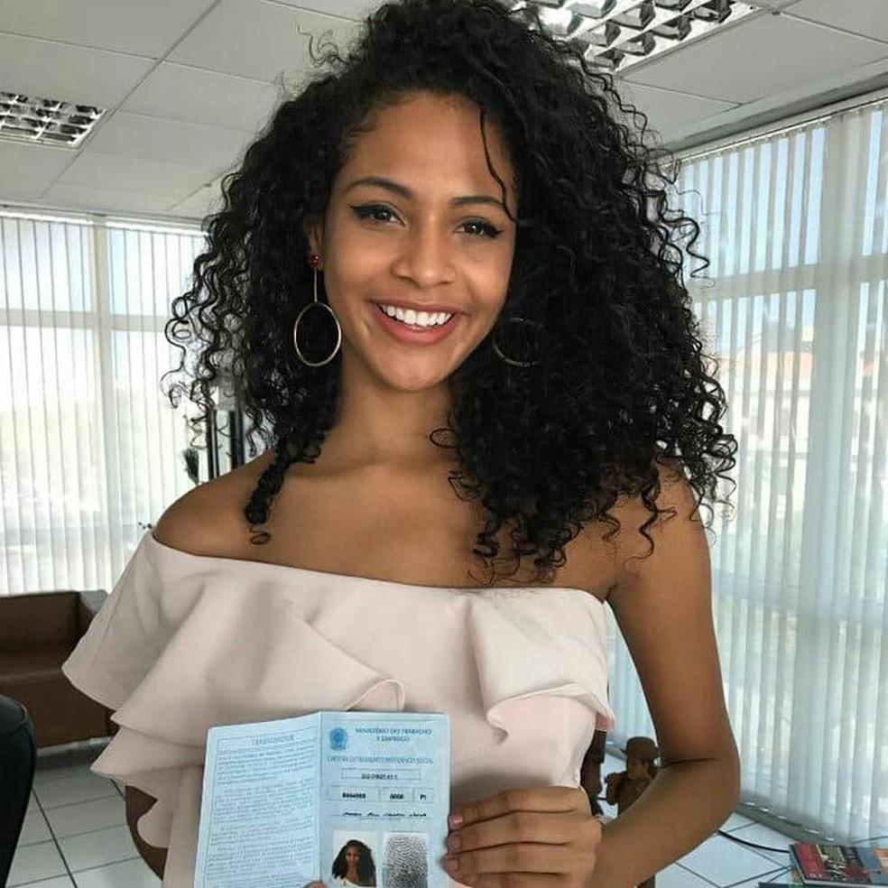 Monalysa Alcântara solicita carteira de trabalho (Foto: Reprodução / Facebook / Lays Viana)