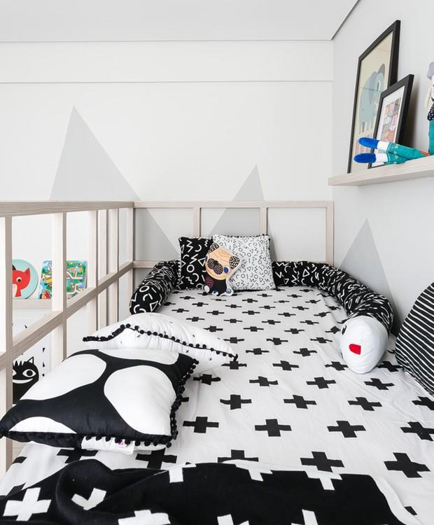 A paleta neutra também está presente na roupa de cama da Mooui. Os quadrinhos da mesma marca dão cor à parte mais alta do quarto (Foto: Renada D'Almeida/ Divulgação)