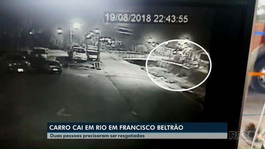 Três pessoas ficam feridas após carro cair dentro de rio em Francisco Beltrão; VÍDEO