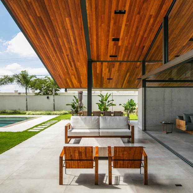 Abertura ao jardim dá liberdade a casa contemporânea (Foto: Nelson Kon/Divulgação)