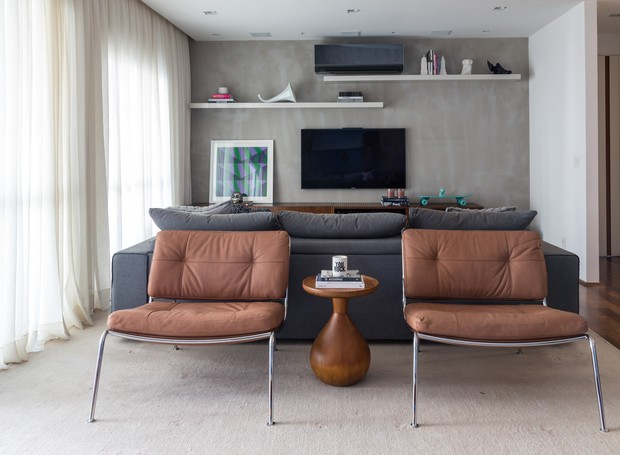 TV | Tapete, da Tecer. Poltronas assinadas por Piero Lissoni para a Living Divani, à venda na Casual Interiores. Home theater e mesa de apoio, do estudiobola (Foto Evelyn Muller/Divulgação)