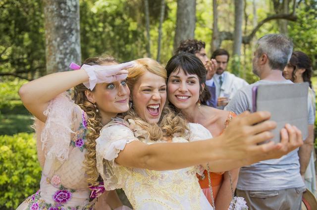 Pâmela Tomé, Bruna Griphao e Chandelly Braz nos bastidores de 'Orgulho e paixão' (Foto: João Miguel Júnior/TV Globo)