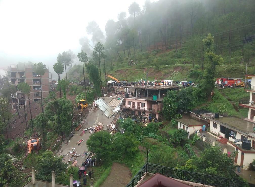 Equipes de resgate trabalham no local em que um prédio caiu em Kumarhatti, 300km ao norte de Nova Délhi, na índia, depois das chuvas que atingiram o país. — Foto: STR / AFP