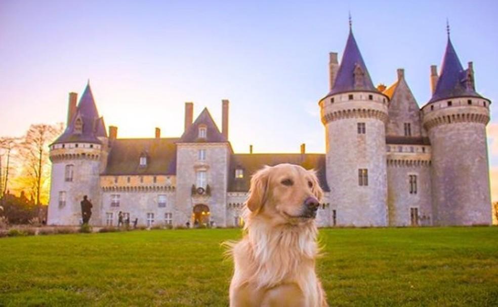 Lilo em frente a um castelo na França — Foto: Arquivo pessoal