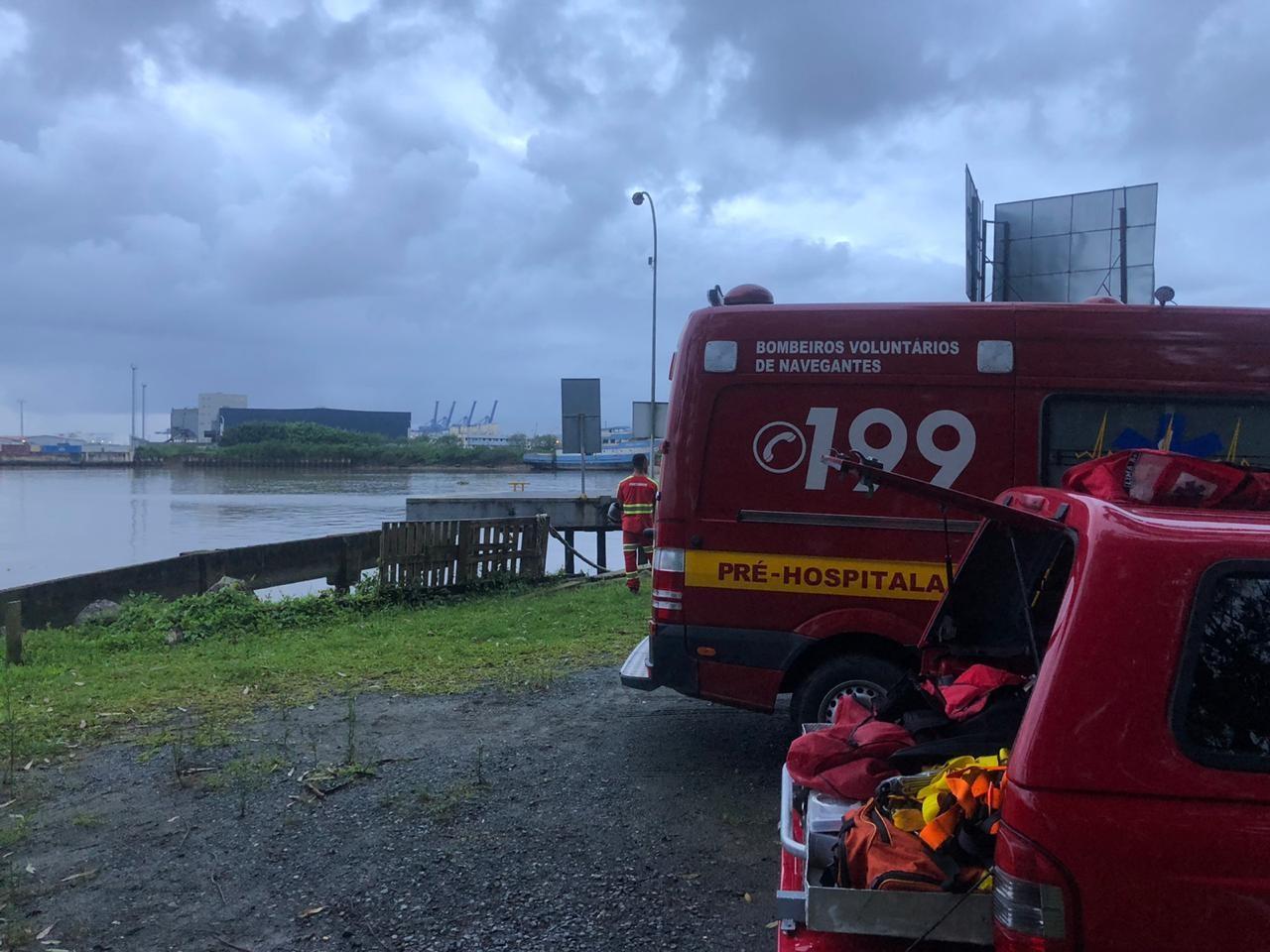 Bombeiros buscam por adolescente de 13 anos que teria se afogado no rio Itajaí-Açu, em Navegantes - Notícias - Plantão Diário
