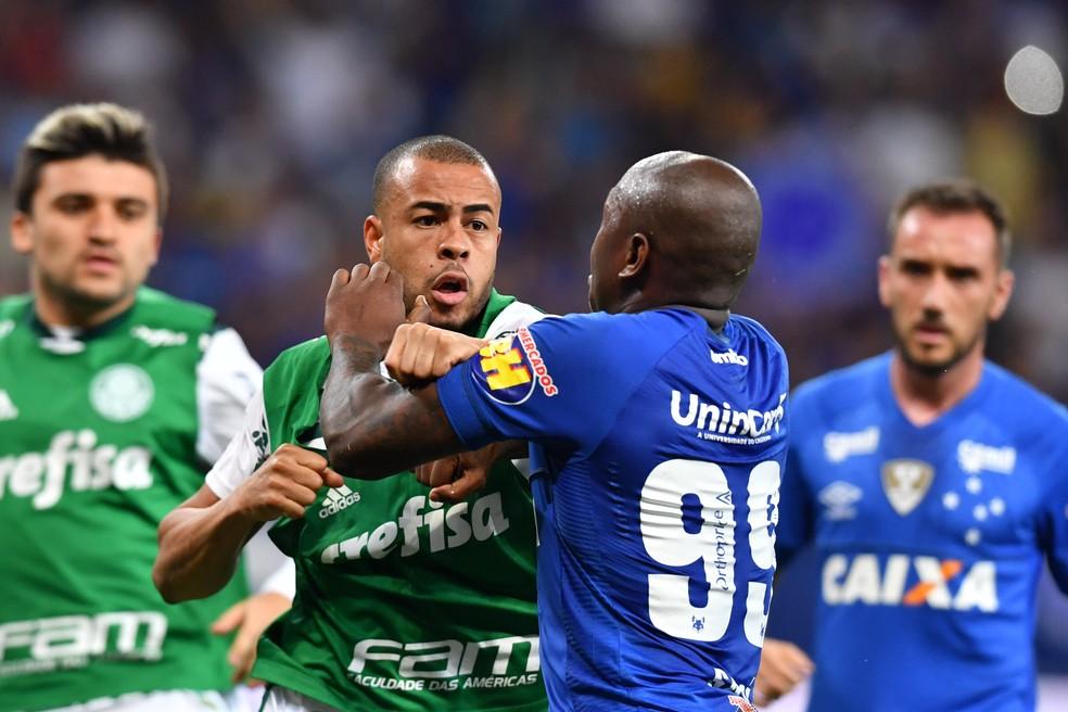 Mayke, do Palmeiras, e Sassá, do Cruzeiro, brigam após o jogo  — Foto: Leo Fontes / O Tempo / Estadão Conteúdo