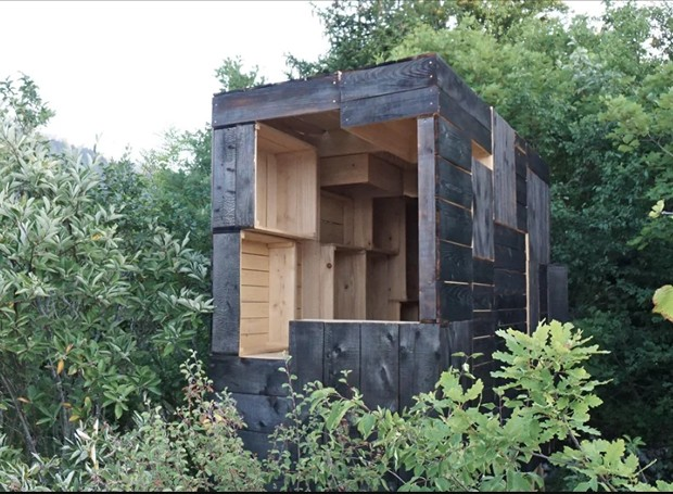 A cabana parece flutuar em meio ar árvores da floresta (Foto: Designboom/ Reprodução)