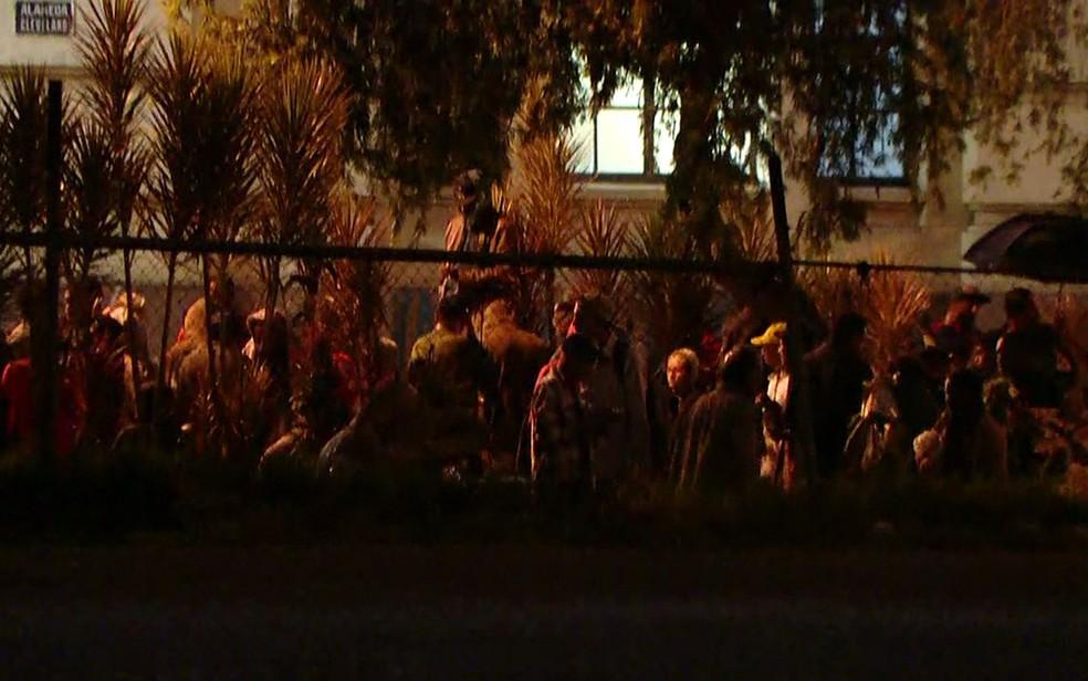 Alameda Cleveland com usuários que estavam na Praça Princesa Isabel (Foto: Reprodução/TV Globo)
