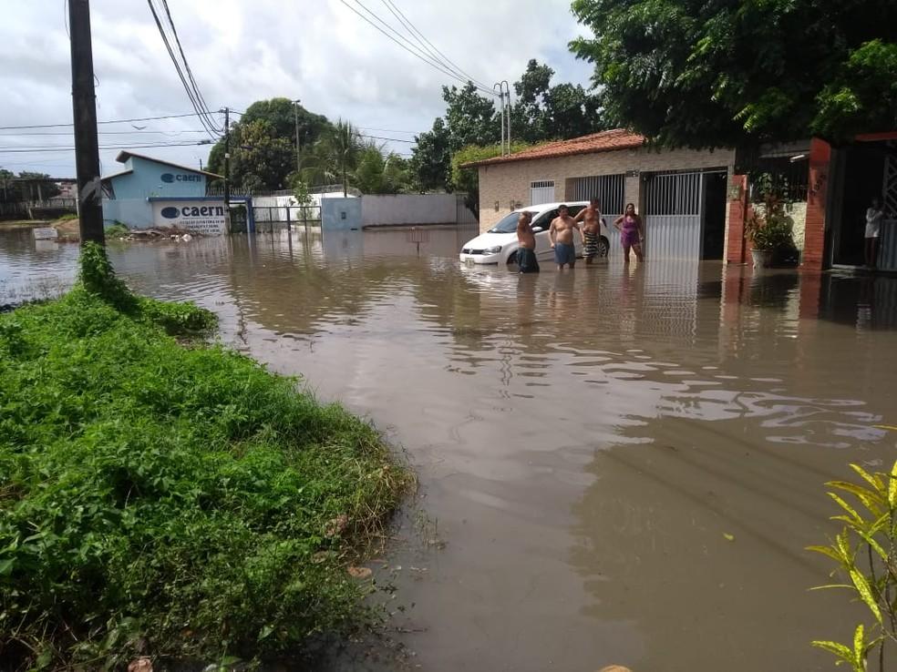 Ruas do conjunto Soledade, na Zona Norte de Natal, ficaram alagadas durante chuvas em Natal — Foto: Lucas Cortez/Inter TV Cabugi
