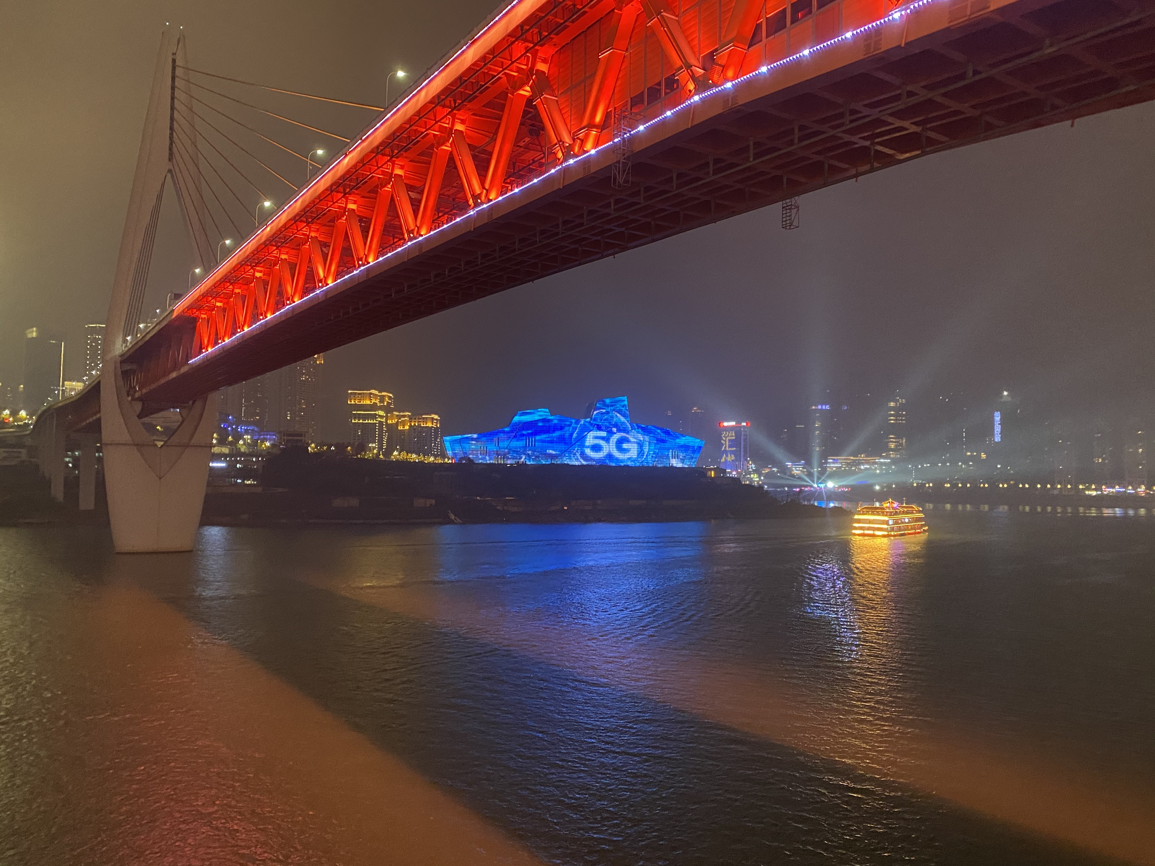 Ponte Qiansimen, em Chongqing, com o Grande Teatro ao fundo