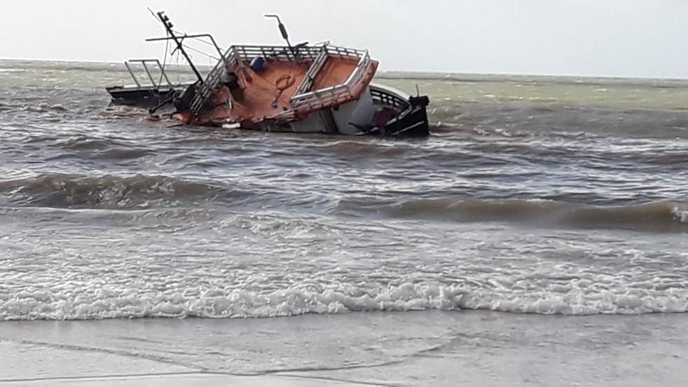 Barco que sofreu acidente de navegação na costa do RN é encontrado em praia no litoral Norte — Foto: Redes Sociais