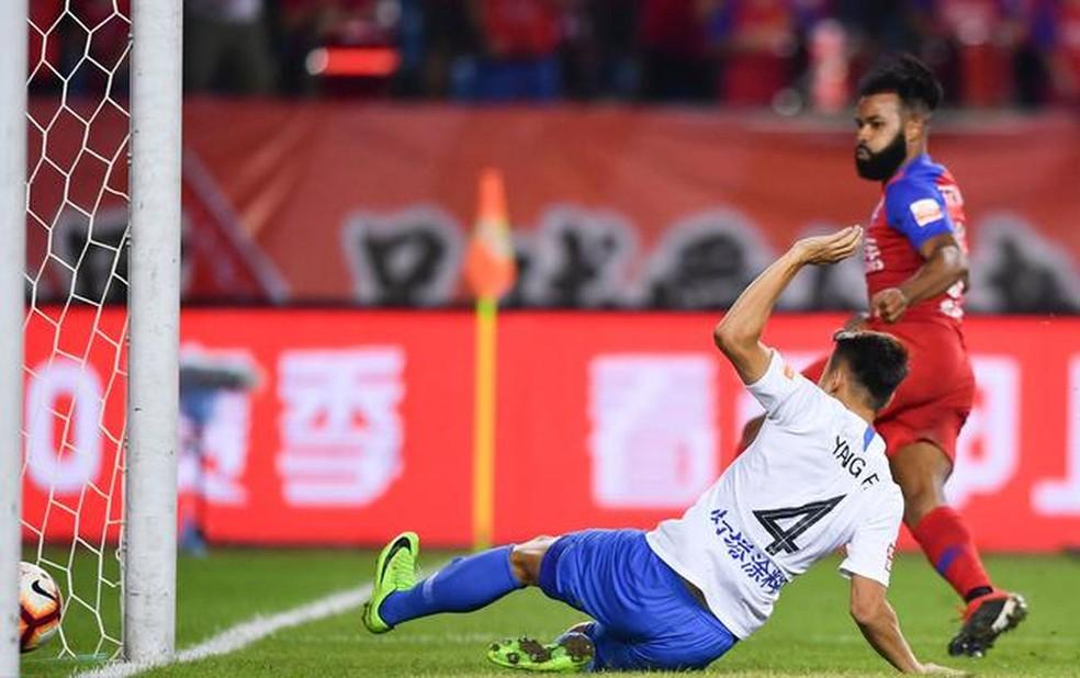 Fernandinho em ação pelo Chongqing Lifan — Foto: Reprodução / Sina.com