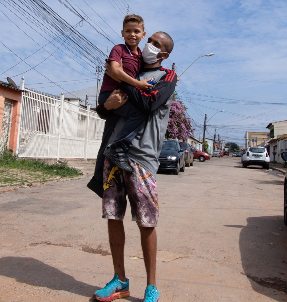 Lucas Moreira de Souza, 26 anos, reencontra filho após quase três anos preso por crimes que não cometeu — Foto: Walder Galvão/G1