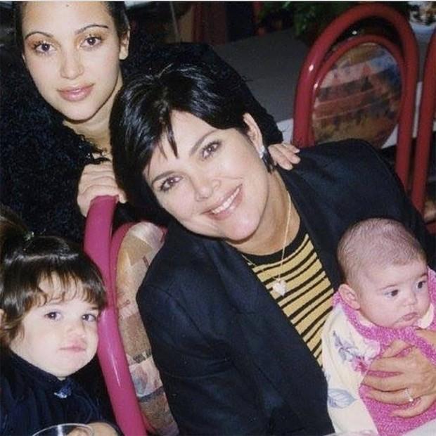 Kris Jenner com as filhas Kim Kardashian, Kendall Jenner e Kylie Jenner (no colo) (Foto: Reprodução/Instagram)