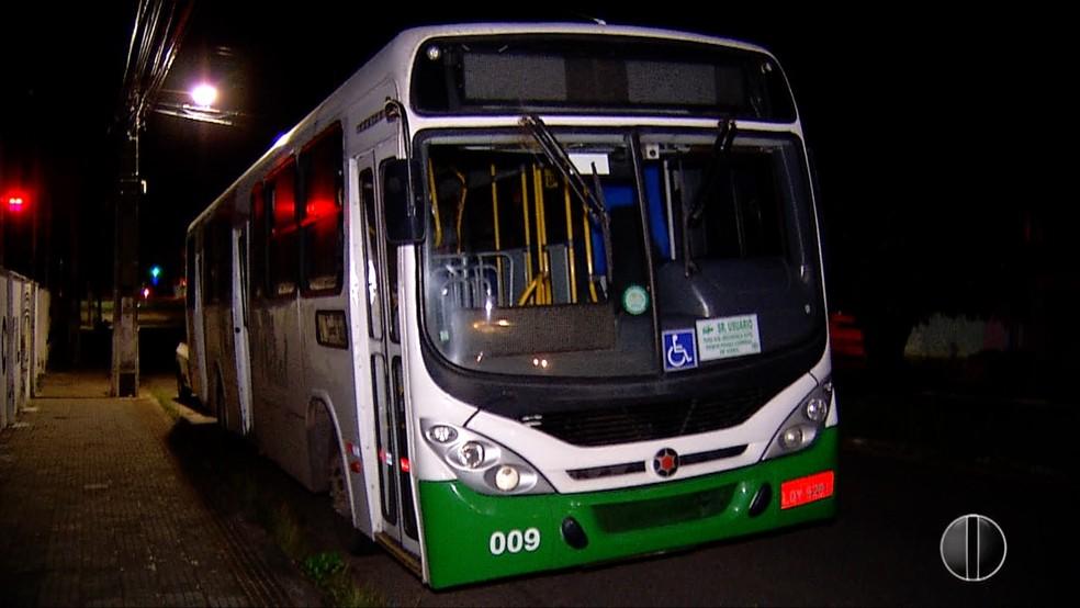 Ônibus lotado é assaltado na Zona Oeste de Natal. (Foto: Inter TV Cabugi/Reprodução)