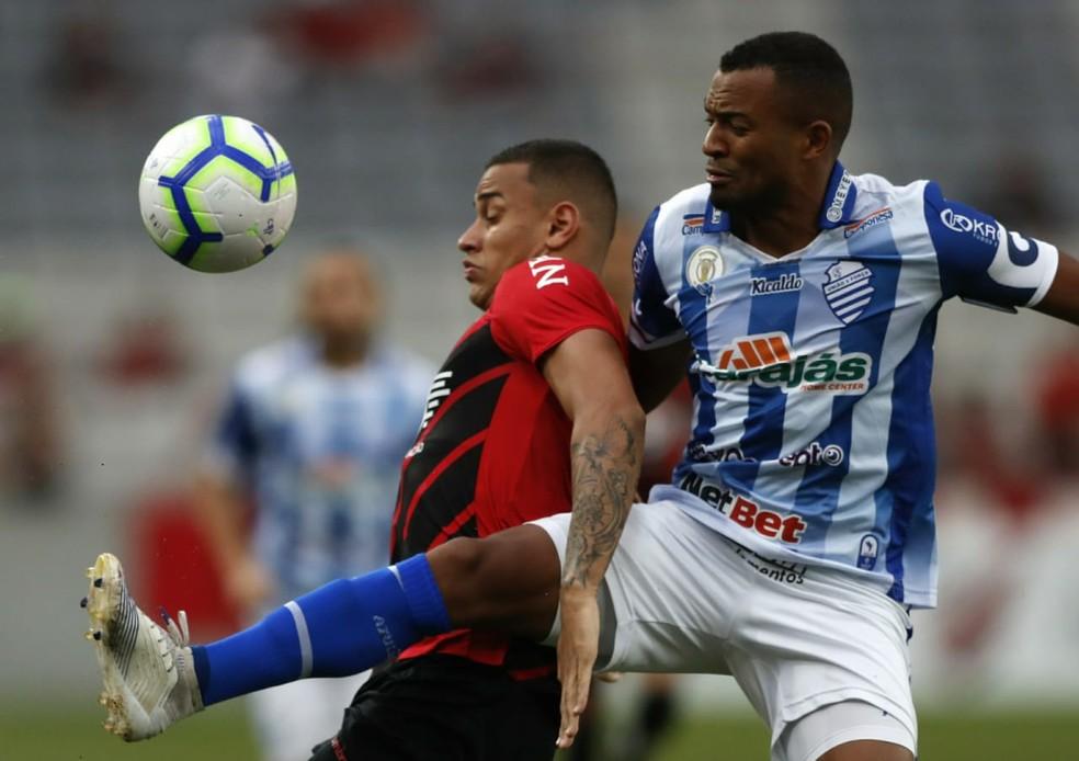CSA segurou o Atlhetico, mas sofreu o gol no segundo tempo — Foto: Jonathan Campos/Gazeta do Povo