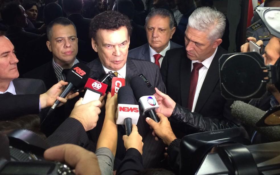 O deputado Campos Machado (PTB-SP), ao centro — Foto: Livia Machado/G1