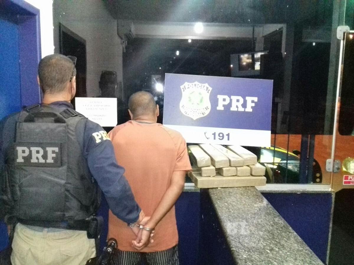 PRF apreende 18 kg de maconha e recupera carro roubado na BR-101, em Campos, no RJ