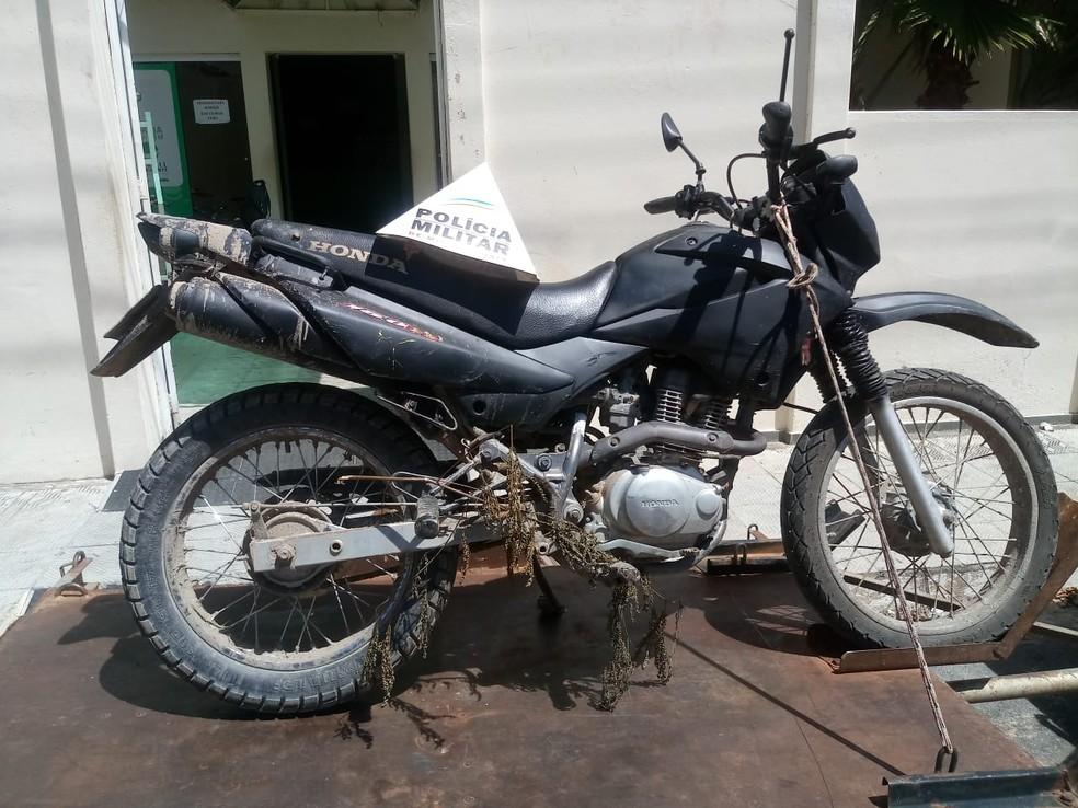Segundo a PM, moto estava com chassi picotado e foi pintada de preto — Foto: Polícia Militar / Divulgação