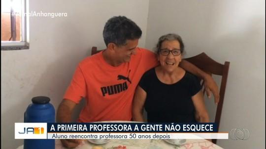Após 50 anos, aluno reencontra professora que o ensinou a ler e escrever, em São Luís de Montes Belos