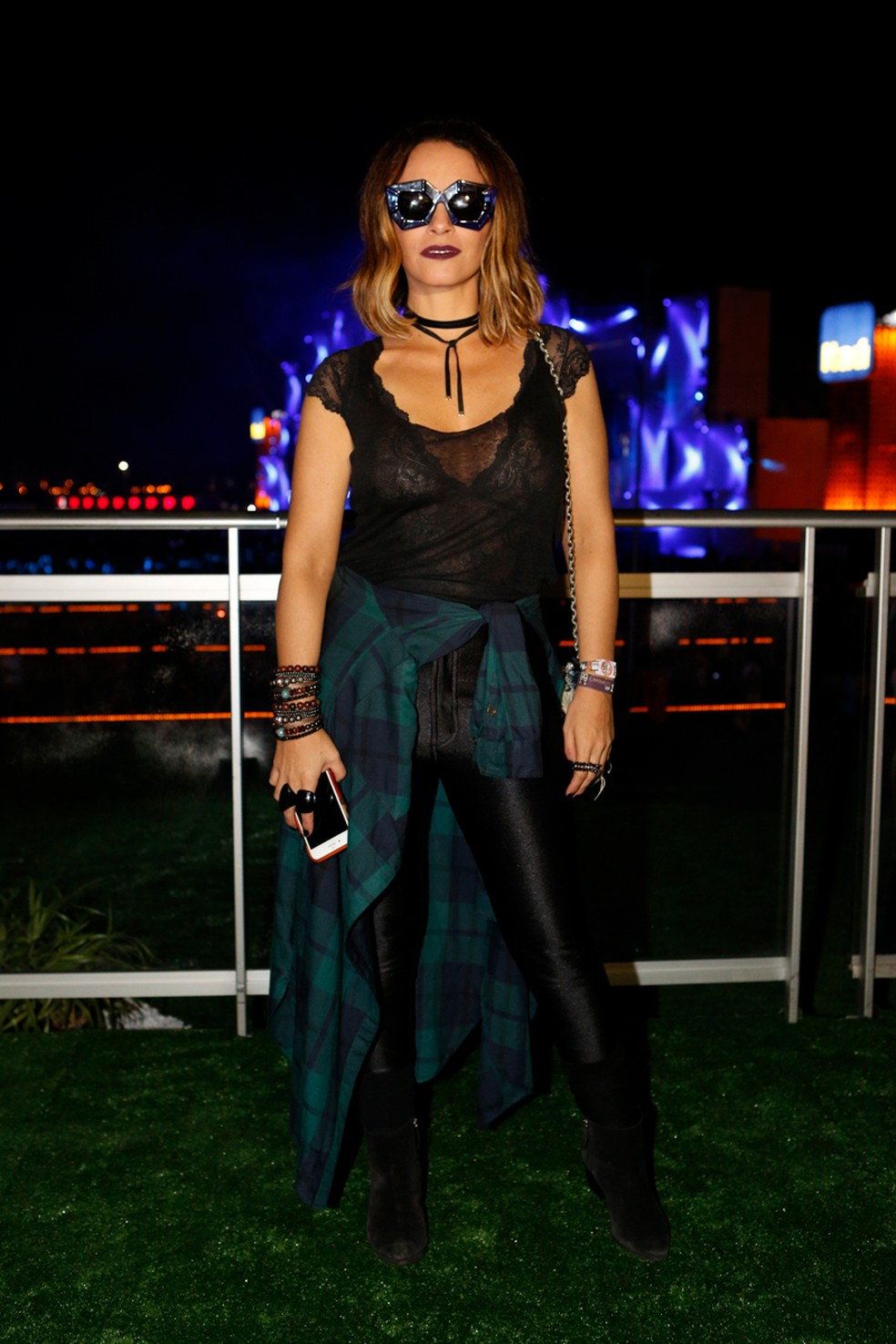 Suzana Pires escolhe preto e camisa xadrez para noite no festival (Foto: Fábio Rocha/Gshow)