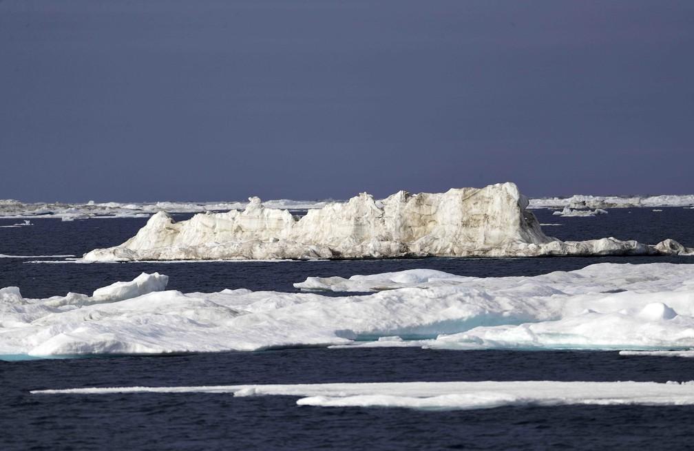 Gelo flutua enquanto equipe de pesquisadores analisa os efeitos do aquecimento global no mar de Chukchi.  (Foto: David Goldman/AP Photo)