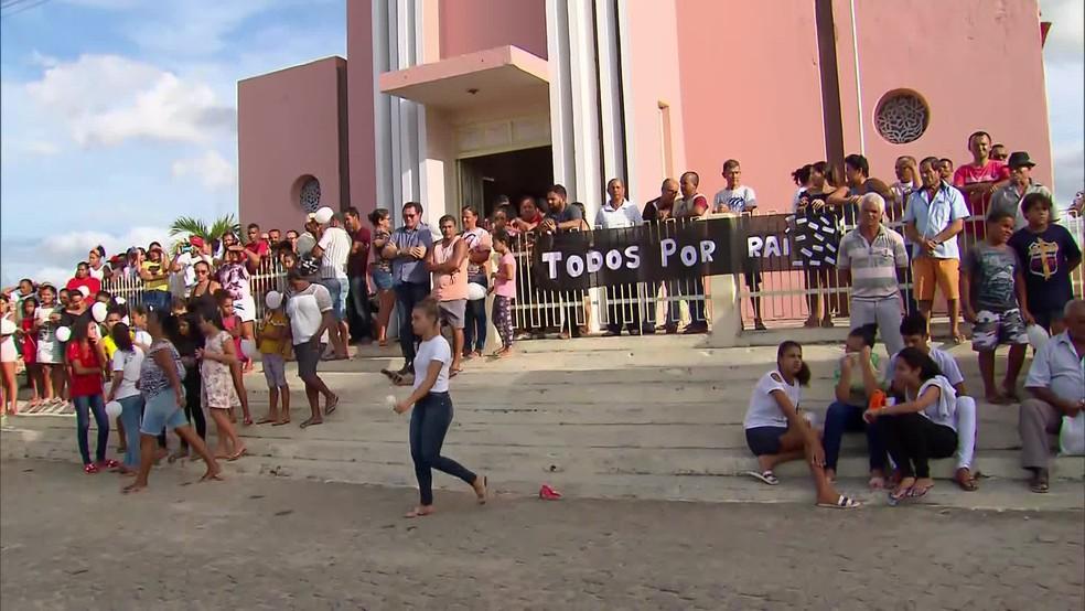 Capela onde ele era coroinha ficou lotada durante o velório de Raí Antônio, de 16 anos — Foto: Reprodução/TV Globo