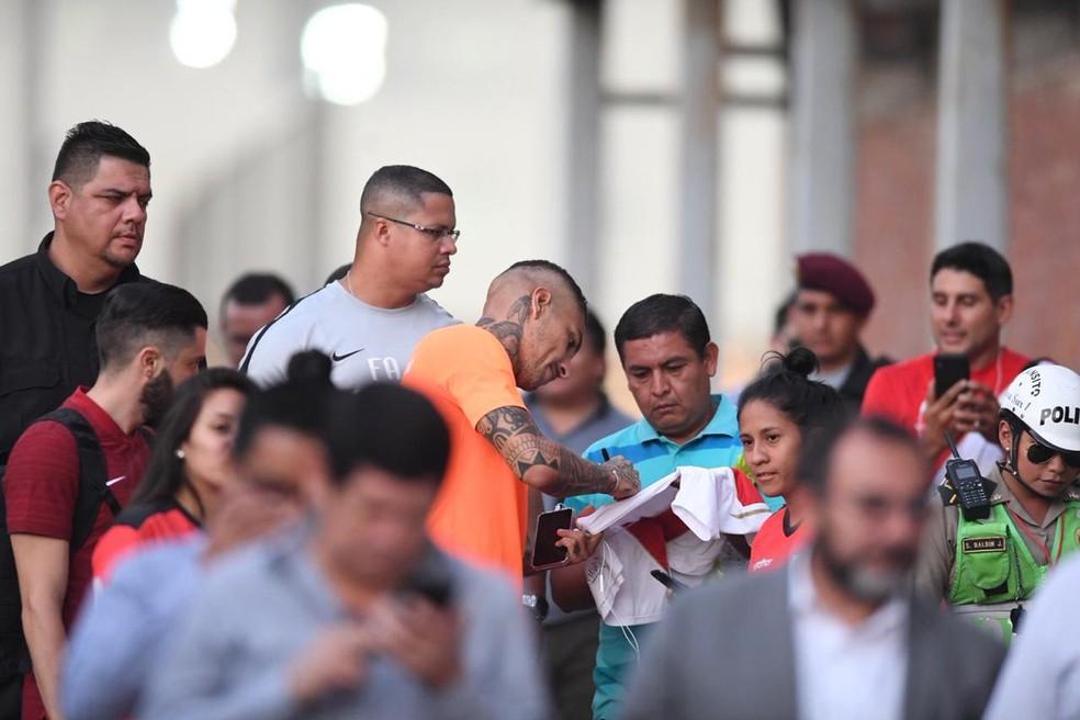 Guerrero distribuiu autógrafos antes do treino do Inter — Foto: Ricardo Duarte / Internacional / Divulgação