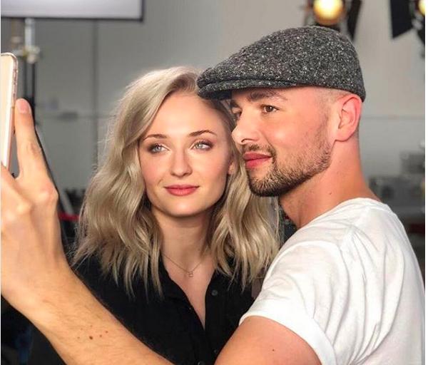 A atriz Sophie Turner com seu novo visual ao lado do seu cabeleireiro (Foto: Instagram)