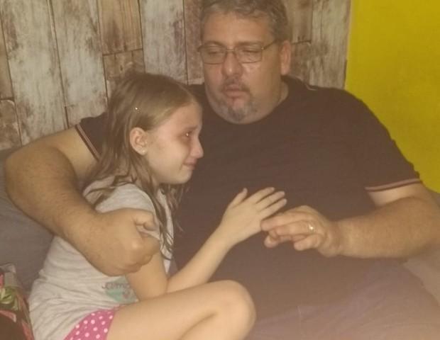 """Juliana fotografou a filha após a conversa sobre o Momo, ainda muito assustada. A mãe fez o alerta nas redes sociais: """"Conversem com seus filhos pelo amor de Deus"""" (Foto: Arquivo Pessoal)"""