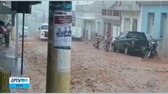 Forte chuva causa estragos e arranca até paralelepípedos de ruas em Soledade de Minas, MG