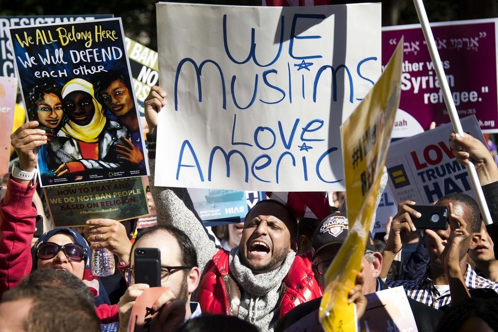 Imagem de arquivo mostra manifestantes em protesto contra o veto migratório do presidente Trump realizado em outubro em Washington (Foto: Jim Watson/AFP)