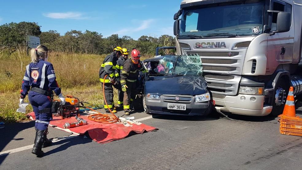 Carro foi atingido na lateral por uma carreta (Foto: Corpo de Bombeiros/ Divulgação)