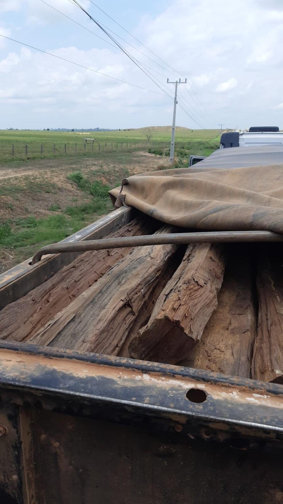 Apreensão de madeira sendo transportada ilegalmente ocorreu na BR-155, que interliga os municípios paraenses de Redenção e Marabá. — Foto: Polícia Rodoviária Federal