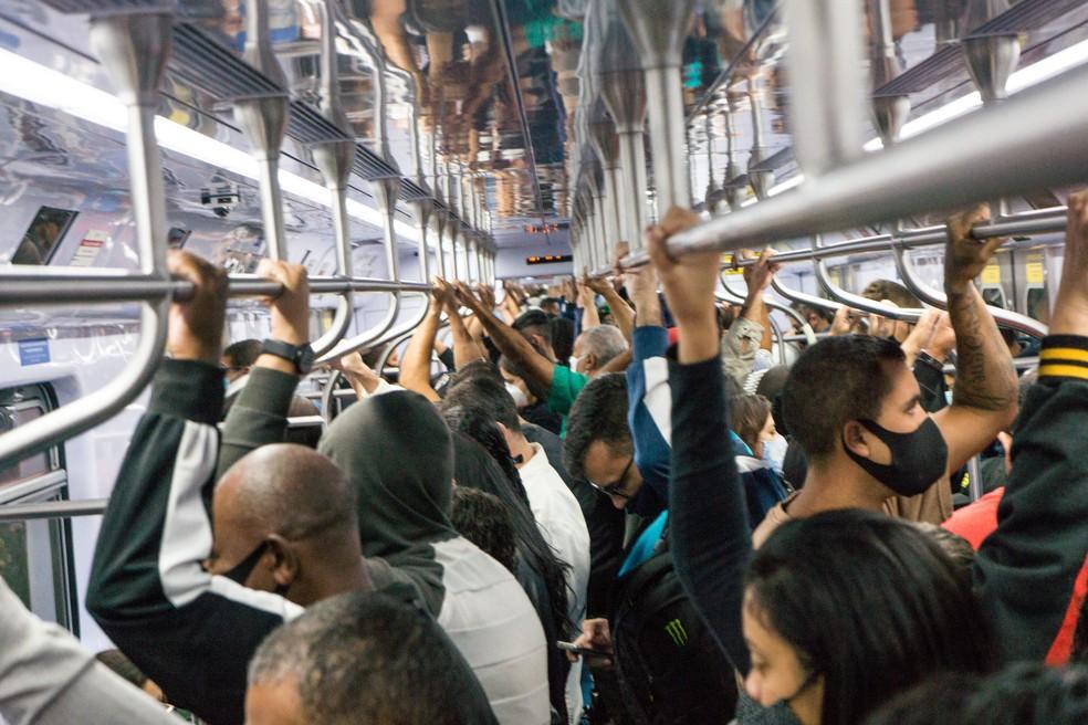 Aglomeração de passageiros nos trens da linha 7 Rubi da CPTM, que liga a cidade de Francisco Morato até a estação Brás, na região central de São Paulo, na manhã desta sexta-feira, 16, em meio à pandemia de coronavírus que afeta o Estado. — Foto: ROBERTO COSTA/CÓDIGO19/ESTADÃO CONTEÚDO