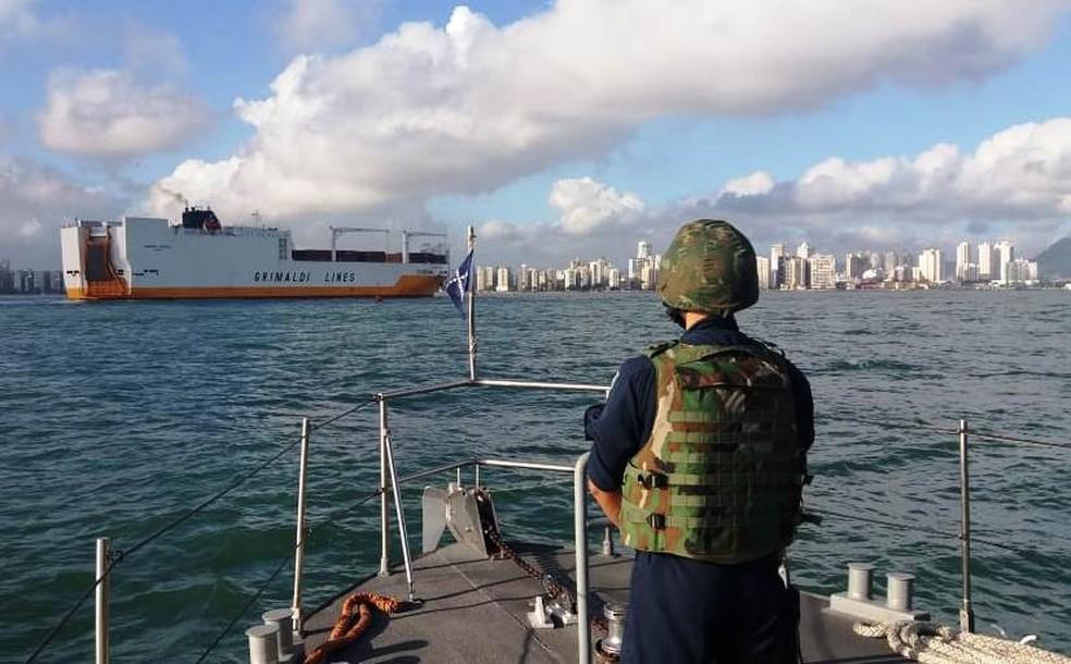 Militares do Grupamento de Patrulha Naval Sul-Sudeste da Marinha escoltaram o navio (Foto: G1 Santos)