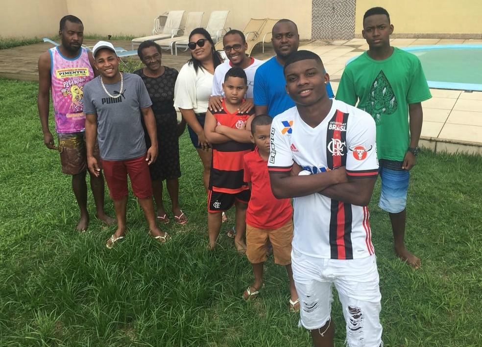 Lincoln com a família no Espírito Santo: pose de braços cruzados é antiga (Foto: Marcella Scaramella/Gazeta Esportes)