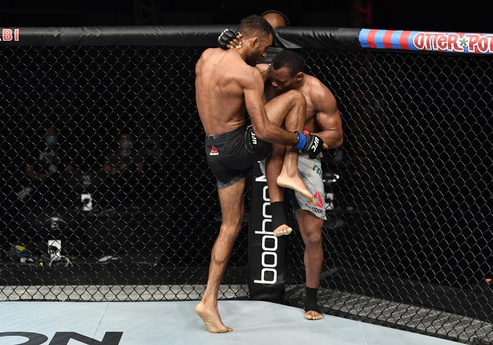 Francisco Massaranduba recebe uma joelhada de Jai Herbert no UFC: Whittaker x Till — Foto: Getty Images
