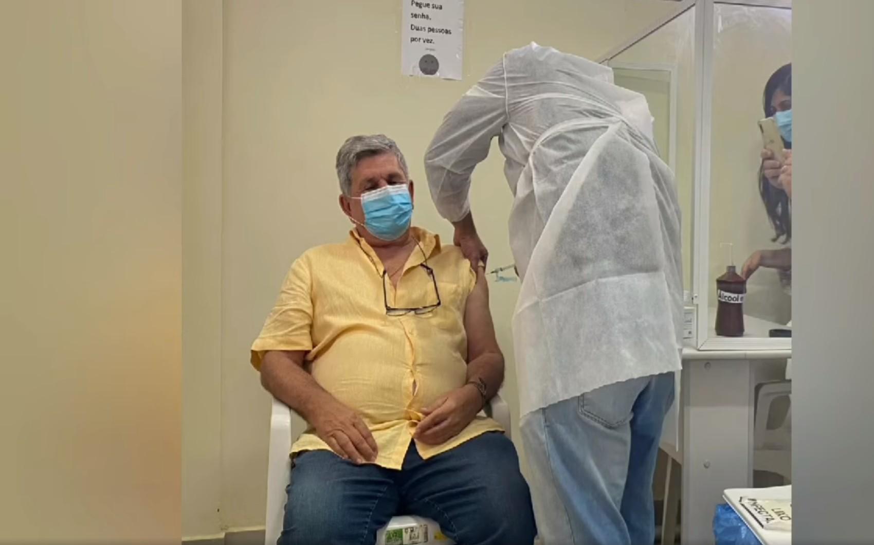 Prefeito que não integra grupo prioritário é vacinado contra Covid-19 em cidade da BA; vigilância alega que ele é servidor da saúde