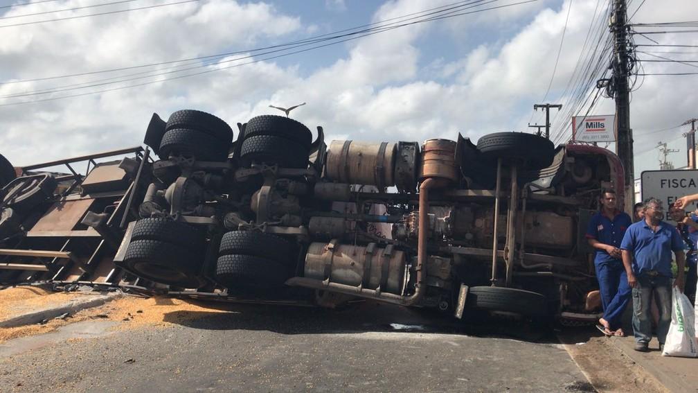 Carreta tomou na alça do viaduto e bloqueou o trânsito no local (Foto: Anézia Gomes/TVM)