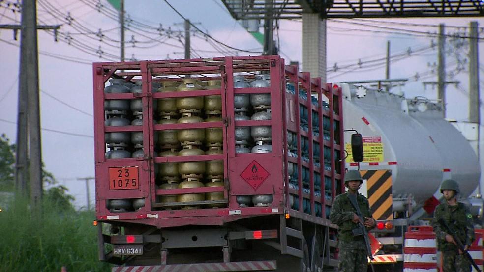 Na quarta-feira (30), cerca de 650 caminhões deixaram o Porto de Suape com combustíveis e gás de cozinha (Foto: Reprodução/TV Globo)