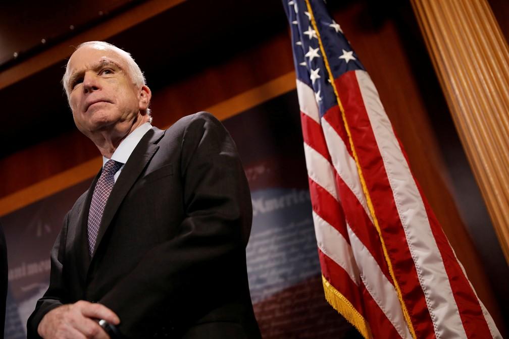 John McCain durante coletiva de imprensa no Capitólio em julho de ano passado (Foto: Aaron P. Bernstein/Reuters)