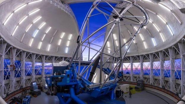O telescópio Gemini Norte; descoberta contribui para entendimento do Big Bang (Foto: GEMINI OBSERVATORY/AURA IMAGE BY JOY POLLARD)