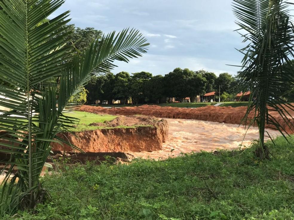 Canais foram abertos no sangradouro para facilitar escoamento da água (Foto: Aniele Brandão/TV Clube)