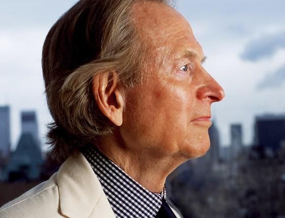 Tom Wolfe e a vista de seu apartamento em Manhattan em 2004. Ele retratou os cidadãos da cidade como ninguém (Foto: DAVID CORIO/REDFERNS/GETTY IMAGES)