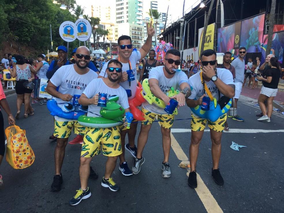 Amigos brincam em homenagem ao hit 'Piscininha Amor' — Foto: João Souza/G1