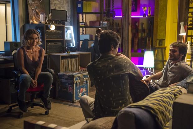 Cap 68 - cena 33 - Beto ( Emilio Dantas ) e Luzia ( Giovanna Antonelli ) ali juntos, conversando, Valentim ( Danilo Mesquita ) chega (Foto: Globo/Divulgação)