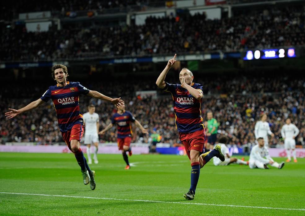 Andrés Iniesta deu show no Santiago Bernabéu em novembro de 2015 — Foto: Getty Images