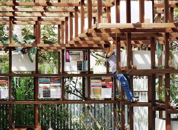 Os livros ficam protegidos dentro de pequenos nichos, mas permanecem ao alcance dos pequenos (Foto: Farming Architects/Reprodução)